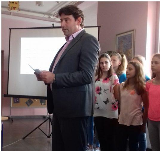 Predsjednik Obrtničke komoreMilak donio u maruševečku Osnovnu školu zahvalnicu i nagradu sa Zagrebačkog obrtičkog sajma