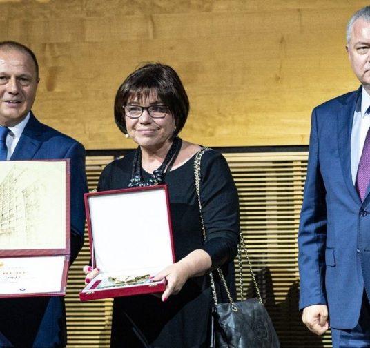 Priznanje Hrvatske obrtničke komore Statua Zlatne ruke s poveljom u rukama Ksenije Plavec Fiket